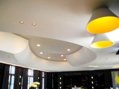 Plafond acoustic blanc réalisé par la maison Rouveure Marquez dans le restaurant La pyramide
