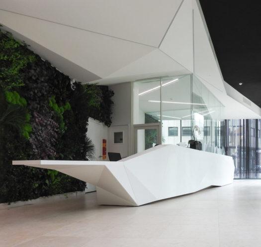 Réalisation de plafond acoustic d'inspiration origami dans l'espace accueil de l'entreprise Implid par la Maison Rouveure Marquez