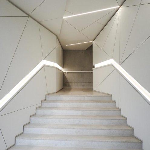 Origami en staff en relief dans un couloir par la Maison Rouveure Marquez