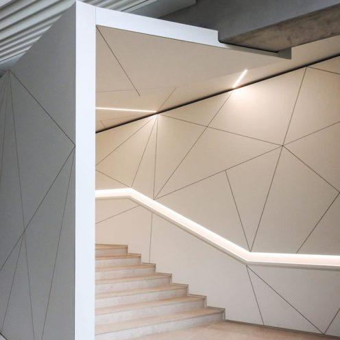 Architecture origami en staff en relief dans un couloir par la Maison Rouveure Marquez