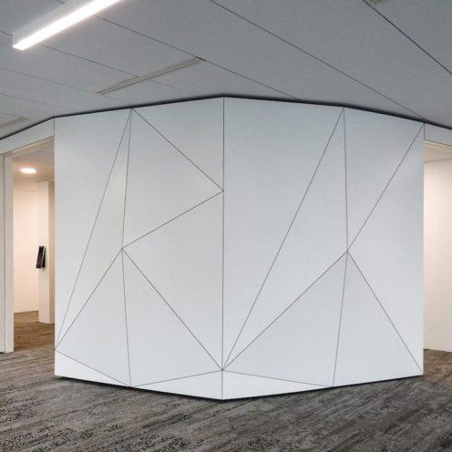 Architecture origami en staff dans un couloir par la Maison Rouveure Marquez