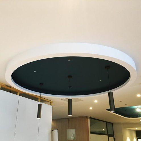 Décoration de plafond circulaire en staff blanc par les staffeurs ornemanistes de Rouveure Marquez