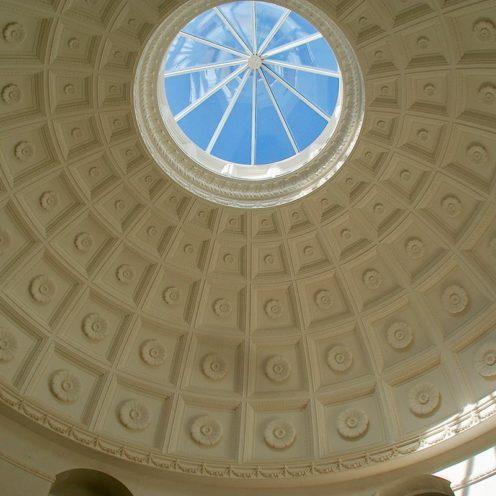 Plafond avec ornement en staff blanc par les staffeurs ornemanistes