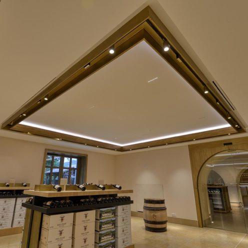 Décoration de plafond linéaire avec imitation bois par la Maison Rouveure Marquez