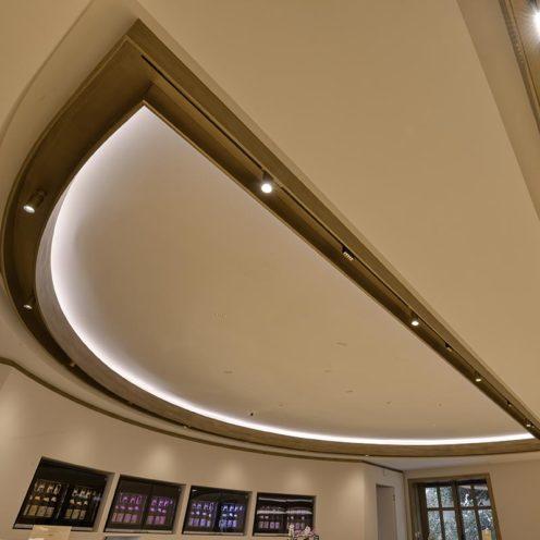 Plafond linéaire avec imitation bois par la Maison Rouveure Marquez