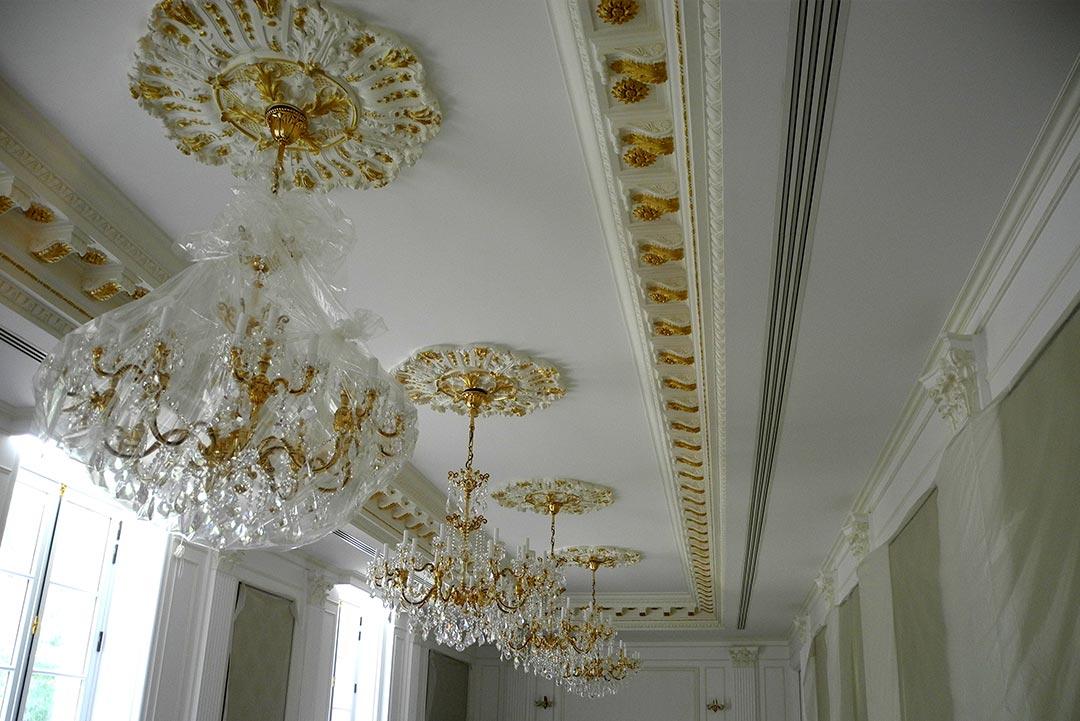 Plafond avec motifs décoratifs en forme de rosace pour décorer un lustre
