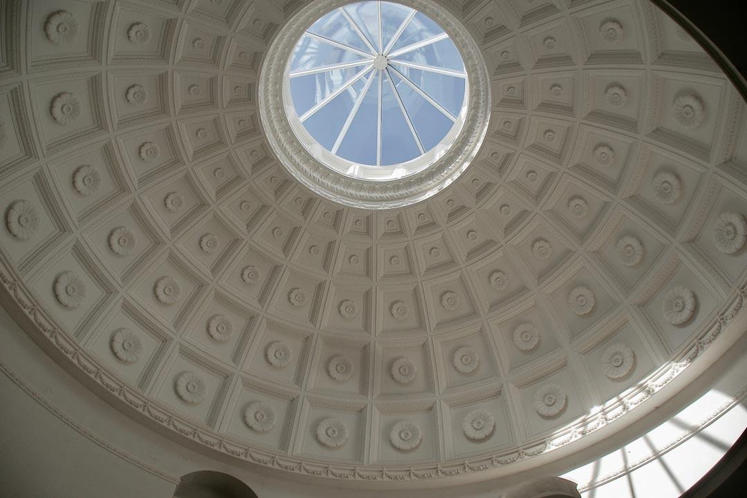 Dôme plafond décoré de rosaces en staff