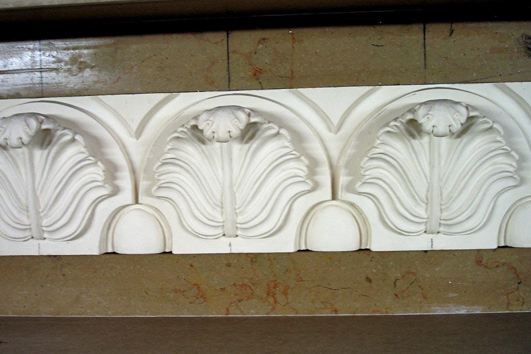 Frise murale à inspiration de la renaissance en staff par Rouveure Marquez