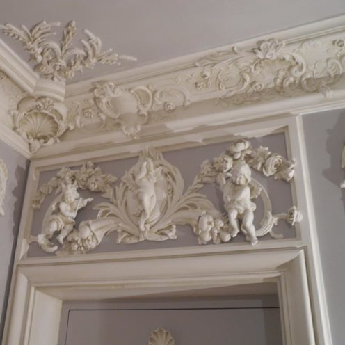 Frise murale aux motifs décoratifs classiques