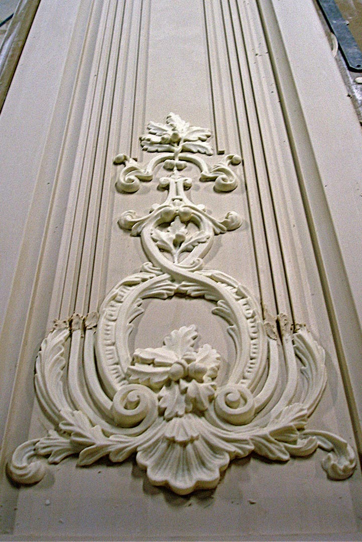 Frise murale verticale en staff par Rouveure Marquez