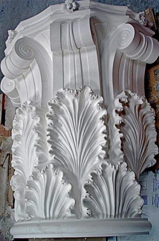 Pied de colonne en staff motifs floraux par Rouveure Marquez