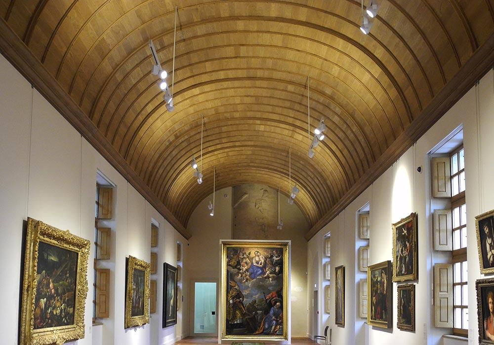 Plafond vouté en ar plein cintre imitation bois dans un musée par Rouveure Marquez