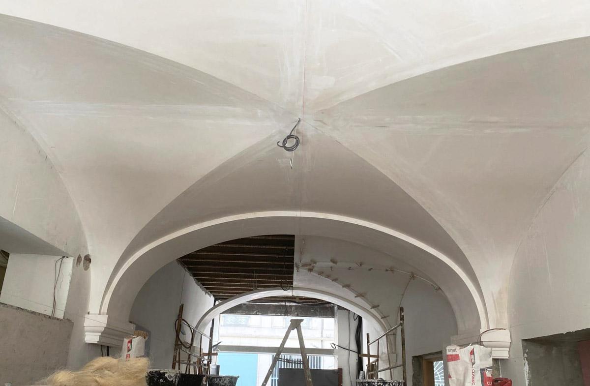 plafonds avec voûte croisées d'ogives en staff par Rouveure Marquez