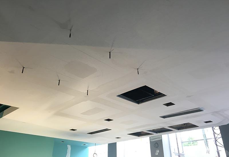 A la une, l'installation des plafonds RockFon Mono acoustic par Rouveure Marquez, poseur agréé