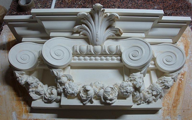 Console de colonne en staff avec des ornements arrondies et aux motifs fleuris fabriqué par Rouveure Marquez