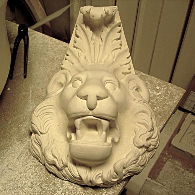 Gargouille sous forme de tête de lion fabriqué en staff par Rouveure Marquez