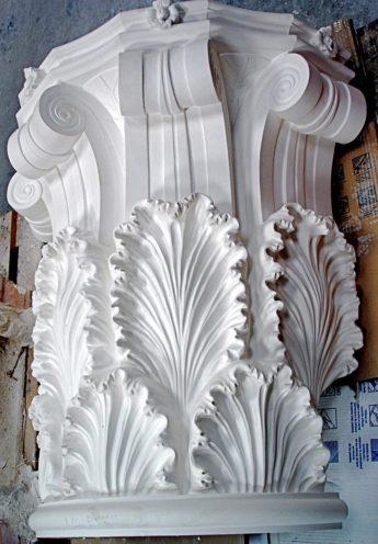Console de colonne en staff orné de feuilles d'acanthe fabriqué par Rouveure Marquez