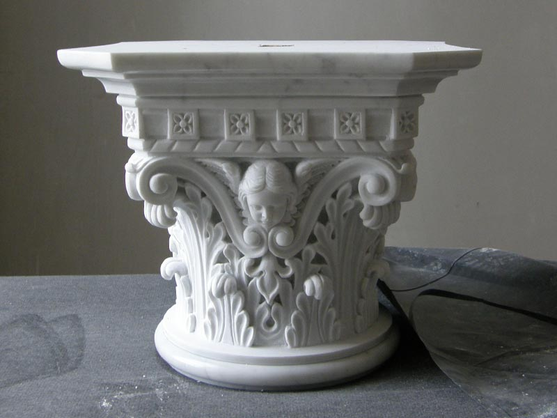 Console de colonne en staff ornés de feuilles d'acanthe avec un ange par Rouveure Marquez