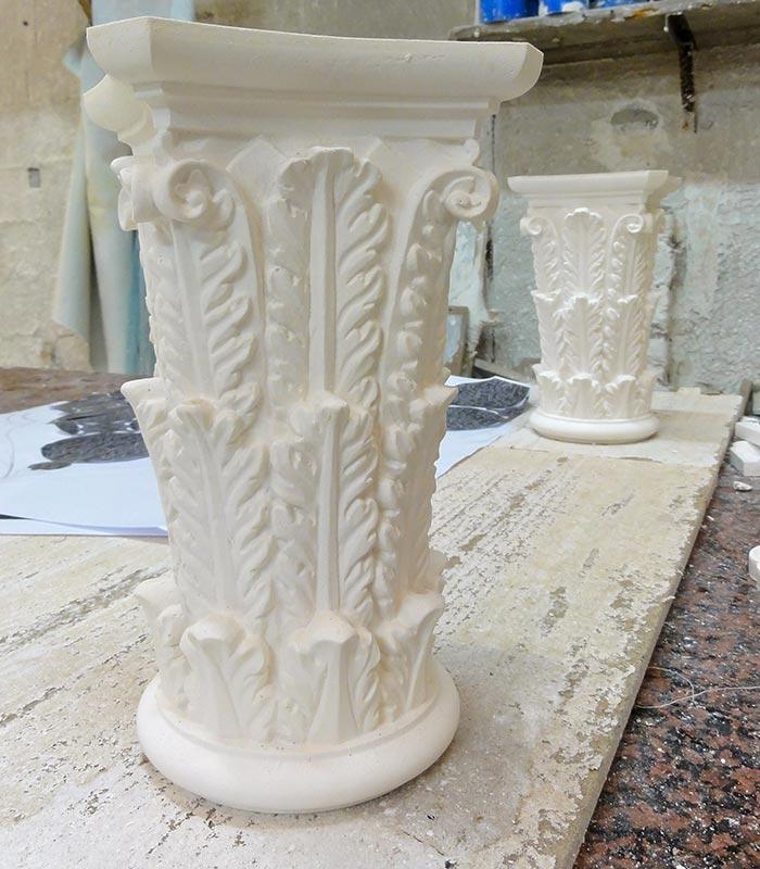 Console de colonne en staff ornés de feuilles d'acanthe fabriqué par Rouveure Marquez