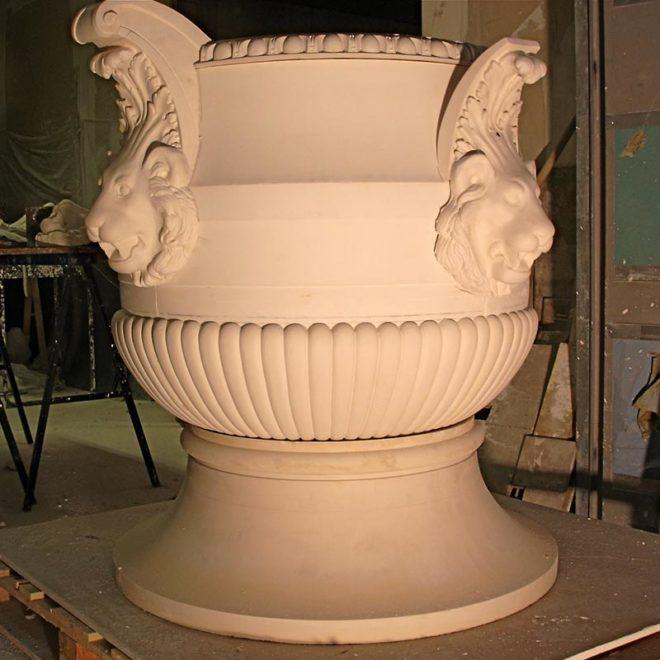 Vase orné de gargouilles sous forme de tête de lion, le tout fabriqué en staff par Rouveure Marquez