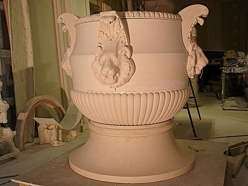 Vase en staff orné de gargouille en forme de tête de lion fabriqué par Rouveure Marquez