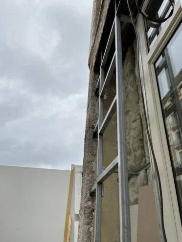 Ossature métallique pour la fixation de la façade en vieujot par Rouveure Marquez