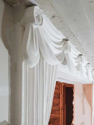 Drapé avec retombés de rideaux asymétrique en staff fabriqués par Rouveure Marquez