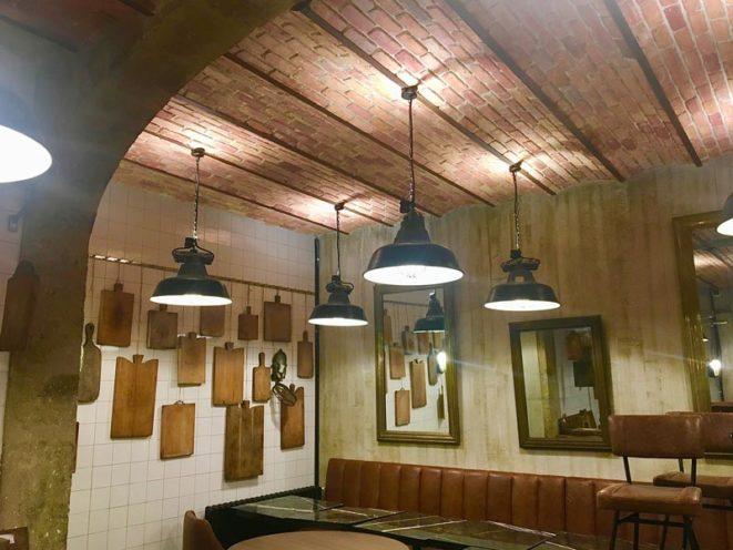 Plafonds en imitation brique rouges, fabriqués en staff par Rouveure Marquez