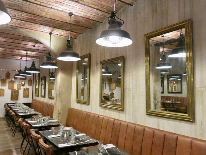 Murs en staff imitation bois par Rouveure Marquez au Steakhouse en collaboration avec Eric Boyer