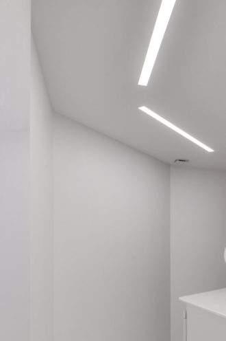 Éclairage in60 iGuzzini sur plafond en staff au laboratoire Artdenteck