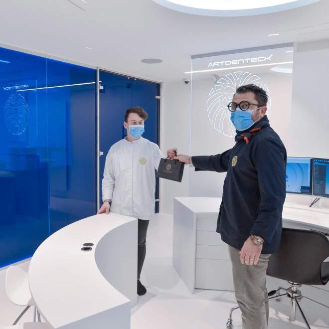 Patron et assistant du la laboratoire Artdenteck à Lyon 6