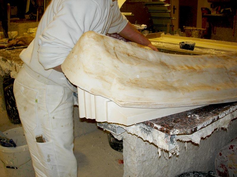 Démoulage en cours d'une fabrication en staff par Rouveure Marquez