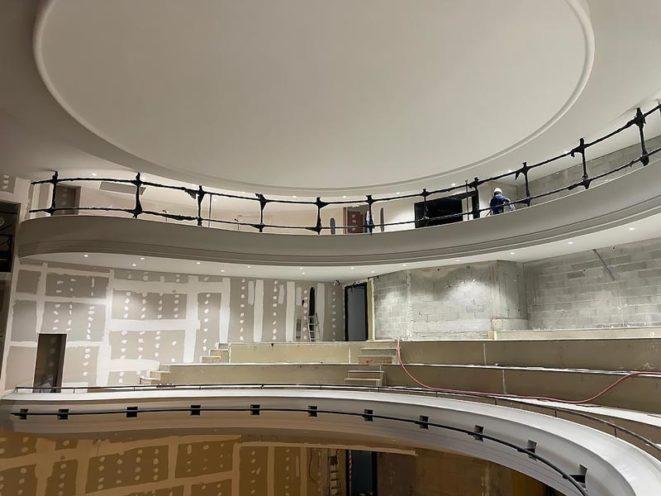 Rambardes de balcon sur-mesure en staff contemporain par Rouveure Marquez