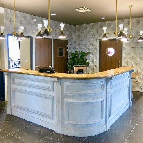 Espace accueil, le staff dans la rénovation d'hôtel par Rouveure Marquez