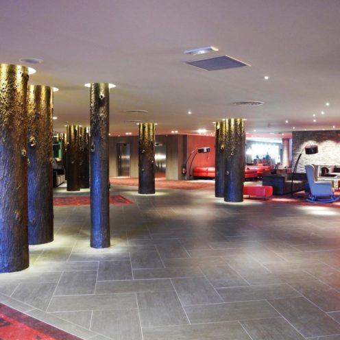 Rénovation Village Club Med avec colonne imitation troncs d'arbres par Rouveure Marquez