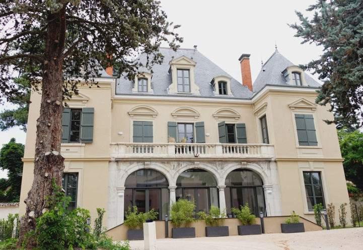 Réhabilitation du Château de la Brigandière à Ecully avec la reproduction de frontons et corbeaux en vieujot pour la façade