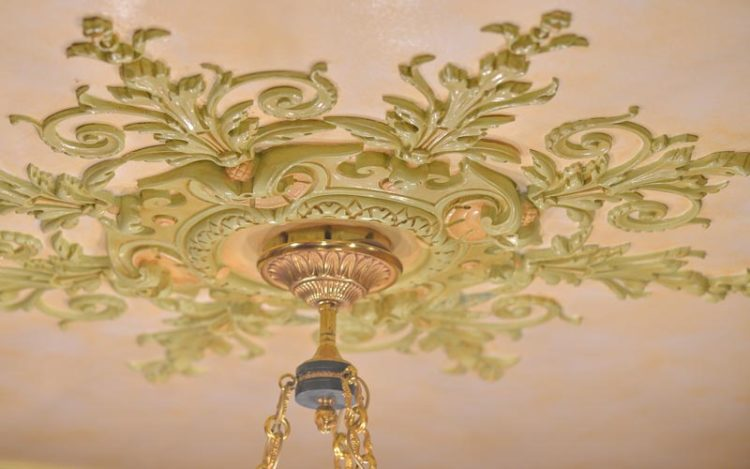 Rosace avec moulures florales pour la décoration de plafonds par Rouveure Marquez