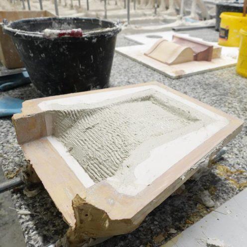 Chape de plâtre, moule en silicone blanc et reproduction en vieujot en cours de fabrication dans le ateliers de Rouveure Marquez